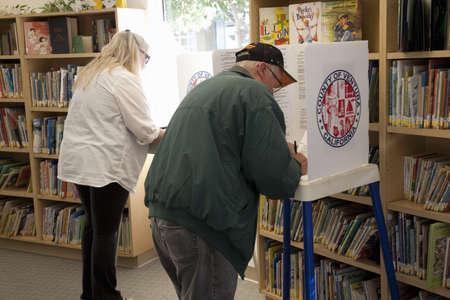 Las personas en el centro de votación en el Condado de Ventura, California durante la elección presidencial de 2012 Foto de archivo - 23059139