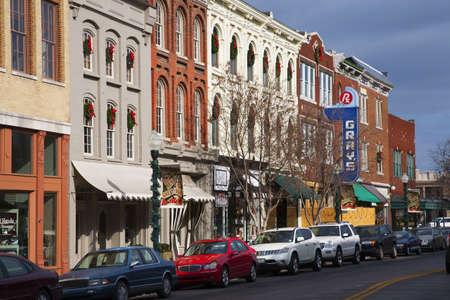 tennesse: Vehículos a lo largo de la histórica Main Street, Franklin, Tennessee
