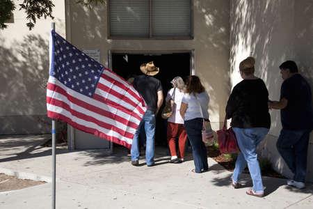 Mensen die een gebouw in Nashville, TN binnengaan Redactioneel