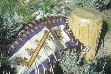 hopi: Display esterno di Hopi flauto, tamburo e tappeto a Taos, Nuovo Messico Editoriali