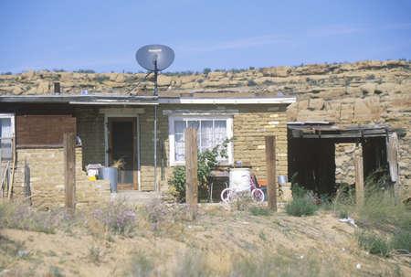 hopi: Adobe casa con antenna parabolica in Hopi Mesa, la pi� antica comunit� in America
