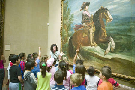 Children learn about paintings in Museum de Prado, Prado Museum, Madrid, Spain 新聞圖片
