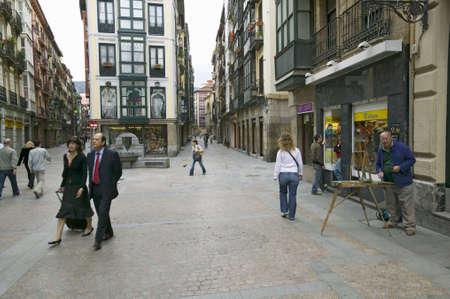 everyday scenes: Gli uomini d'affari hanno a piedi all'ora di pranzo come pittore dipinge a Bilbao (Bilbo), la costa nord della Spagna