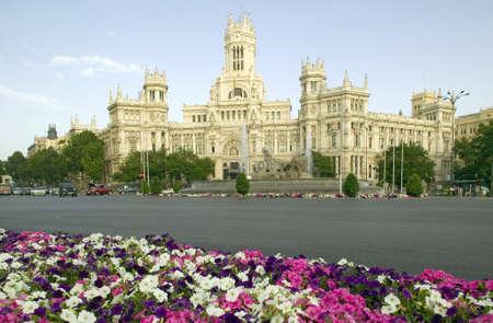 花とマドリードの郵便局、マドリード、スペイン 報道画像