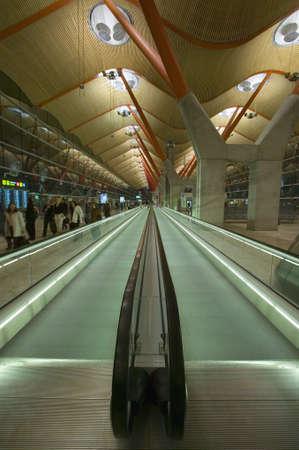 動く歩道でマドリード バラハス国際空港 (MAD) は、スペインの最も忙しい空港 報道画像