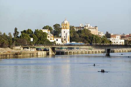 リオ Guadalquivir 川、セビリア、スペイン南部の運河・ デ ・ アルフォンソの漕ぎ手