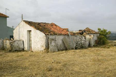 農村部のポルトガルの古い建物を実行します。