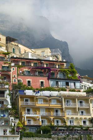 Bâtiments colorés de la côte amalfitaine, une ville de la province de Salerne, dans la région de Campanie, en Italie, sur le golfe de Salerne de 24 miles au sud-est de Naples Banque d'images - 20801815