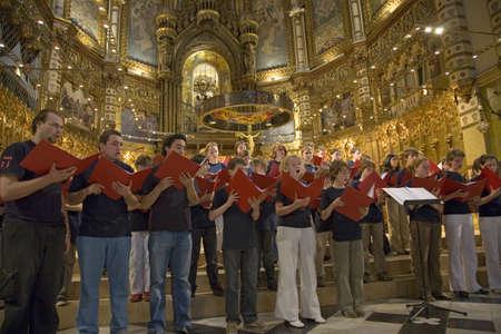 chóralne: Chłopcy i dziewczęta śpiewać chór w Opactwie Benedyktynów w Montserrat, Santa Maria de Montserrat, w pobliżu Barcelony, Katalonia, Hiszpania z Czarną Madonną w tle Publikacyjne