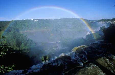 photographies: Complete arch rainbow over Iguazu Waterfalls in Parque Nacional Iguazu, border of Brazil and Argentina