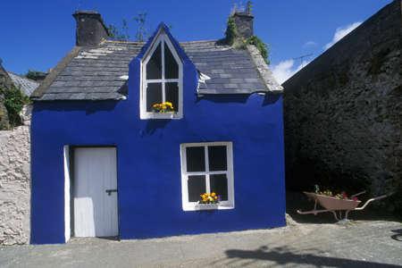 Heldere blauwe huis in Ardgroom Village, Cork, Ierland