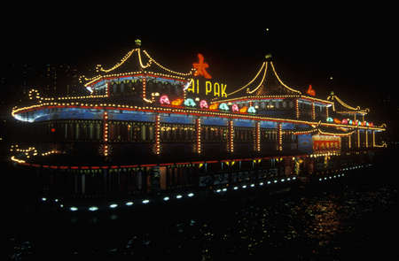 photographies: Floating restaurants in Aberdeen Harbor at night