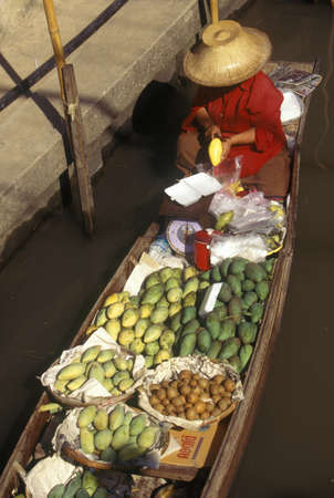 damnoen saduak: The Floating Market at Damnoen Saduak outside of Bangkok, Thailand Editorial