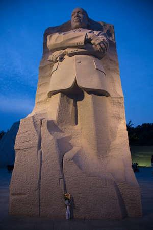 male likeness: El Memorial de Martin Luther King Jr. en la oscuridad, un monumento al l�der de los derechos civiles. Ubicada en Washington, DC, el monumento se encuentra el Parque Nacional 395a, y est� situado en el National Mall en el Tidal Basin.