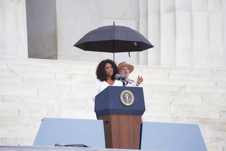 Oprah Winfrey waves as she speaks during the Let Freedom Ring Commemoration and Call to Action to commemorate the 50th anniversary of the March on Washington for Jobs and Freedom at the Lincoln Memorial in Washington, DC on August 28, 2013. Thousands gath Éditoriale