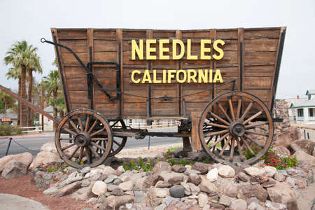 Covered wagon welcomes drivers to Needles California sign and Route 66, California   Imagens