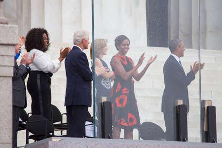 show bill: El presidente de EE.UU., Barack Obama, la primera dama Michelle Obama, Caroline Kennedy, el ex presidente Bill Clinton, presentadora de televisi�n Oprah Winfrey escuchan el himno nacional durante la ceremonia de Let Freedom Ring en el Lincoln Memorial 28 de agosto 2013 en Washington,