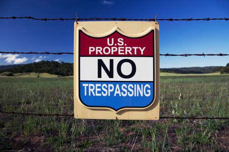 prohibido el paso: Firmar los Estados Unidos de propiedad, ninguna violaci�n, en Ojai, California, EE.UU.