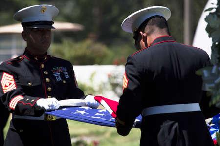 해양 떨어진 미국 군인을위한 기념 서비스에 플래그를 주름