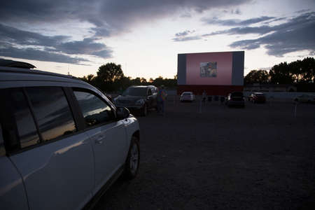 Movie viewers in car at Star Drive In Movie Theater, Montrose, Colorado, USA 新聞圖片