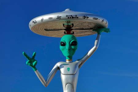 platillo volador: ET con el platillo volante en la cabeza junto a la Interestatal 15, Baker, CA. carretera extraterrestre, California