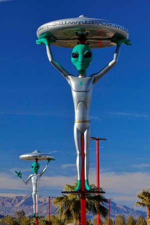 ?flying saucer?: ET con el platillo volante en la cabeza de la Interestatal 15, Baker, CA. carretera extraterrestre, California