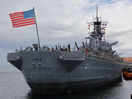SAN PEDRO, CA - 15 settembre, 2015: bandierina degli Stati Uniti vola sulla corazzata USS Iowa in mostra presso il porto di Los Angeles, California USA