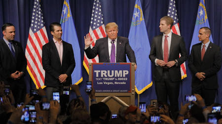 LAS VEGAS, NV - FEBRUARY 23: Donald Trump is flanked by sons Eric (Right) and Donald Jr. (Left) during Mr. Trump's victory speech following big win in Nevada caucus, Las Vegas, NV at Treasure Island Casino and Hotel 新聞圖片