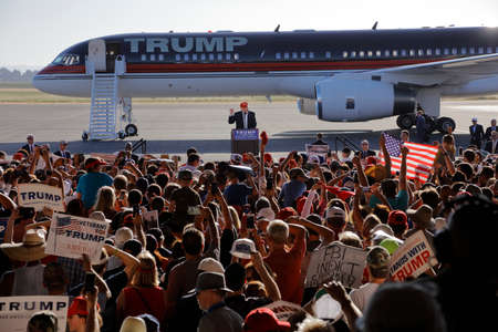SACRAMENTO, CA - JUNE 01, 2016: Republican Presidential candidate Donald Trump speaks at a campaign rally in airport hanger in Sacramento, California 新聞圖片
