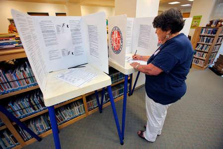 encuestando: Condado de Ventura, CA - 7 DE JUNIO, 2016 - Senior femenino votos en Oak View mesa electoral para la votación primaria de California que tiene lugar el día 07 Junio, 2016, el condado de Ventura, California.