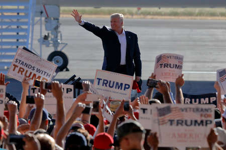 SACRAMENTO, CA - JUNE 01, 2016: Republican Presidential candidate Donald Trump arrives at a campaign rally in his  jet at airport hanger in Sacramento, California 新聞圖片