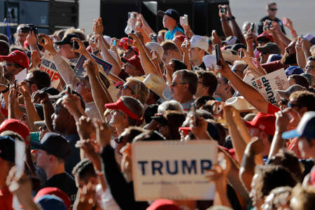 SACRAMENTO, CA - JUNE 01, 2016: Republican Presidential candidate Donald Trump supporters at a campaign rally in airport hanger in Sacramento, California Redactioneel