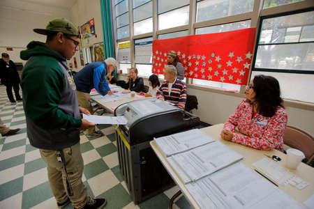encuestando: Condado de Ventura, CA - 7 DE JUNIO, 2016 - hombre hispano se convierte en la votaci�n en el colegio electoral de Ventura para el Condado de Ventura primarias de California, California. Editorial