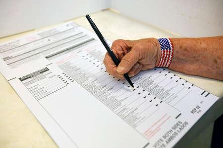 encuestando: Condado de Ventura, CA - 7 DE JUNIO, 2016 - primer plano de marcar papeletas en Oak View de Votaci�n de la mano primarias de California