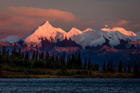 이전에 마운트 맥킨리, 북미 지역에서 가장 높은 산 피크, 20, 해발 310 피트로 알려진 마운트 데날리에 일몰. 알래스카 산 범위, 다 나 다 국립 공원 및  스톡 콘텐츠