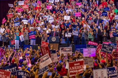 22 SIERPNIA 2017, PHOENIX, AZ Prezydent USA Donald J. Trump przemawia do tłumu kibiców w Phoenix Convention Center podczas wiecu Trumpa w 2020 roku