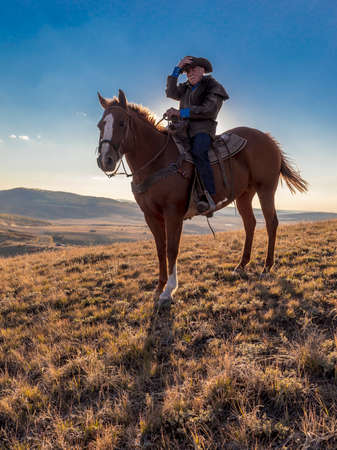 OCT 4, 2017, RIDGWAY COLORADO - Older Cowboy, Howard Linscott looks out over historic Last Dollar Ranch on Hastings Mesa, SW Colorado, San Juan Mountains 報道画像