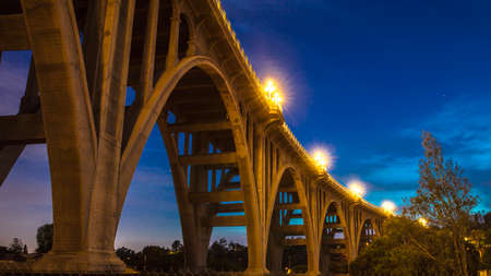 MAY 5, 2018 - PASADENA, CA - Historic Colorado Bridge Arches at dusk, Pasadena, CA 新聞圖片