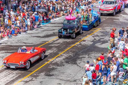 TELLURIDE, COLORADO, USA - July 4, 2018 - Annual  Independence Day Parade, Telluride, Colorado Colorado Avenue - features 1958 Corvette Foto de archivo - 112050106