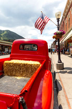 TELLURIDE, COLORADO, USA - July 4, 2018 - Annual  Independence Day Parade, Telluride, Colorado Colorado Avenue - features vintage Ford Red Pickup Truck Foto de archivo - 112050110