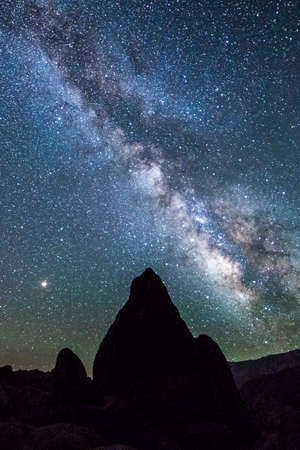 ALABAMA HILLS, CALIFORNIA USA 2018 - Alabama Hills, California rock formation and starry sky with Mount Whitney in background Редакционное
