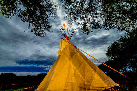 SEPTEMBER 26, 2018 - UTE INDIAN MUSEUM, MONTROSE, COLORADO, USA - Moonlight on Indian Tepee at Ute Indian Museum, Montrose, Colorado Banque d'images - 111979626