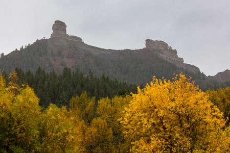 OCTOBER 8, 2014 - Colorado, USA - Chimney National Monument, Autumn Color in Colorado, Landscape Foto de archivo - 111979633