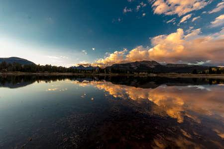 SEPTEMBER 18, 2018 - COLORADO, USA, Sunrise on Molas Lake, South of Silverton, Route 550 Foto de archivo - 111979646