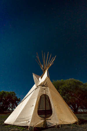 SEPTEMBER 26, 2018 - UTE INDIAN MUSEUM, MONTROSE, COLORADO, USA - Moonlight on Indian Tepee at Ute Indian Museum, Montrose, Colorado 新聞圖片