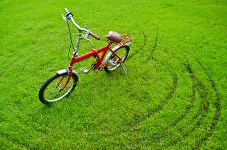 riding bike: la bicicletta rossa sull'erba