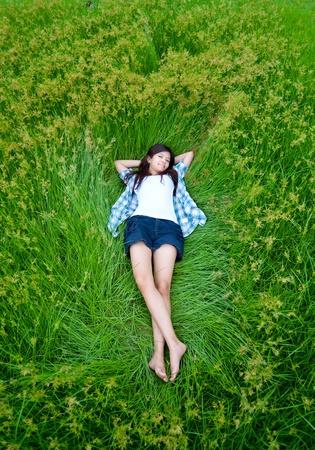chilling out: esta chica est� tumbada en el prado y relajarse con su vida