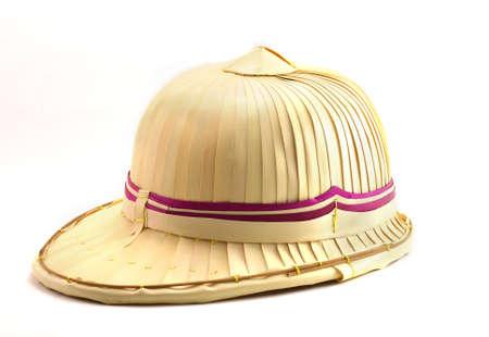 crafting: mano el sombrero de la elaboraci�n en el fondo blanco