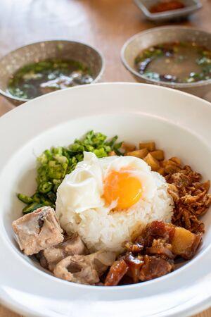 vista dall'alto di khao tom hang servire con zuppa piccante Archivio Fotografico