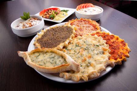 comida arabe: Placa para pizza Oriental del Manaqish comida tradicional árabe.